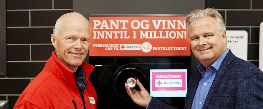 SPARs Ole Christian Fjeldheim (t.h.) er enig med Røde Kors-president Robert Mood om at Pantelotteriet bidrar med viktige inntekter til et særdeles godt formål. (Foto: NorgesGruppen/SPAR)