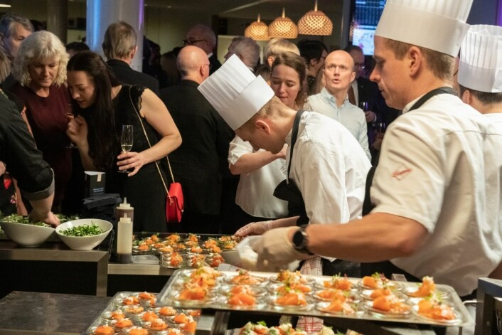 Finalen i Det Norske Måltid startet med at alle festdeltakere fikk smake på noen av de 36 produktene som var kommet gjennom nåløyet. Maten ble tilberedt av Kokkelandslaget. (Foto: Bitmap)