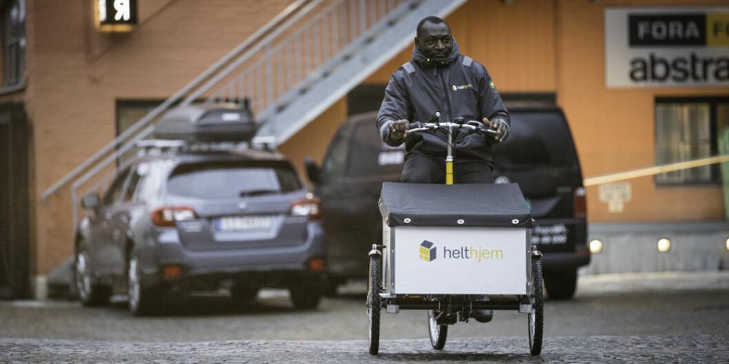 MILJØBEVISST: Bud Nkemenang Oliver Tangmoh prøver den første elsykkelen til Helthjem.  (Foto: John Einar Sandvand)