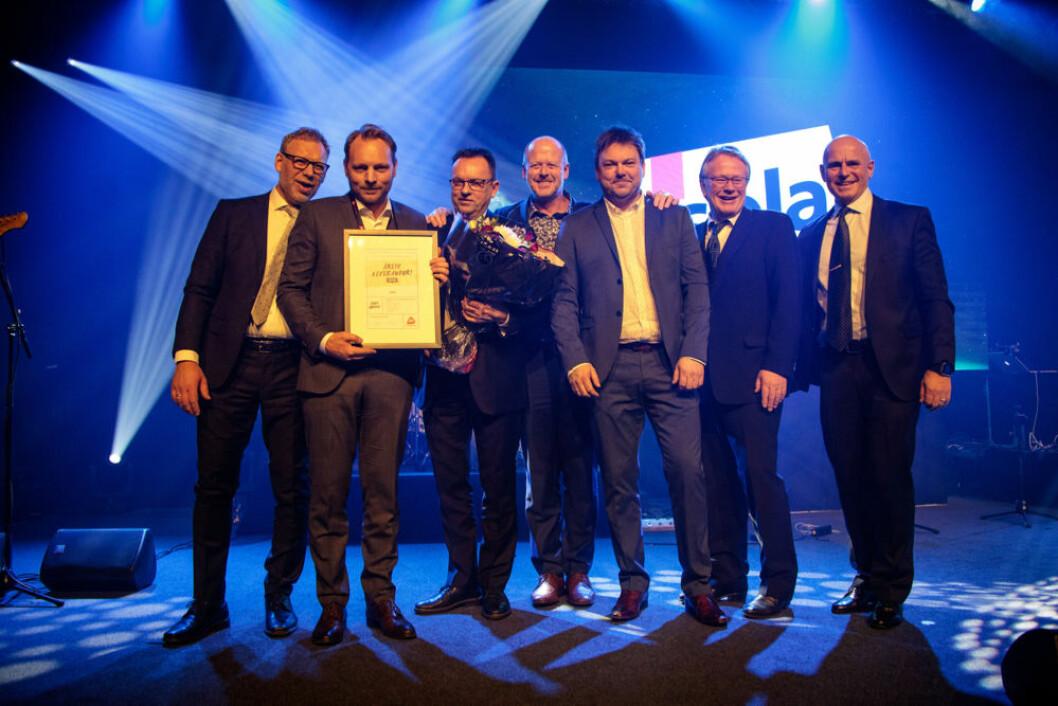 En glad gjeng fra ISOLA ble årets leverandør, stor klasse. Oscar Kristiansen med diplomet, Bård Løkke lengst til venstre. (Foto: Tom Pike)