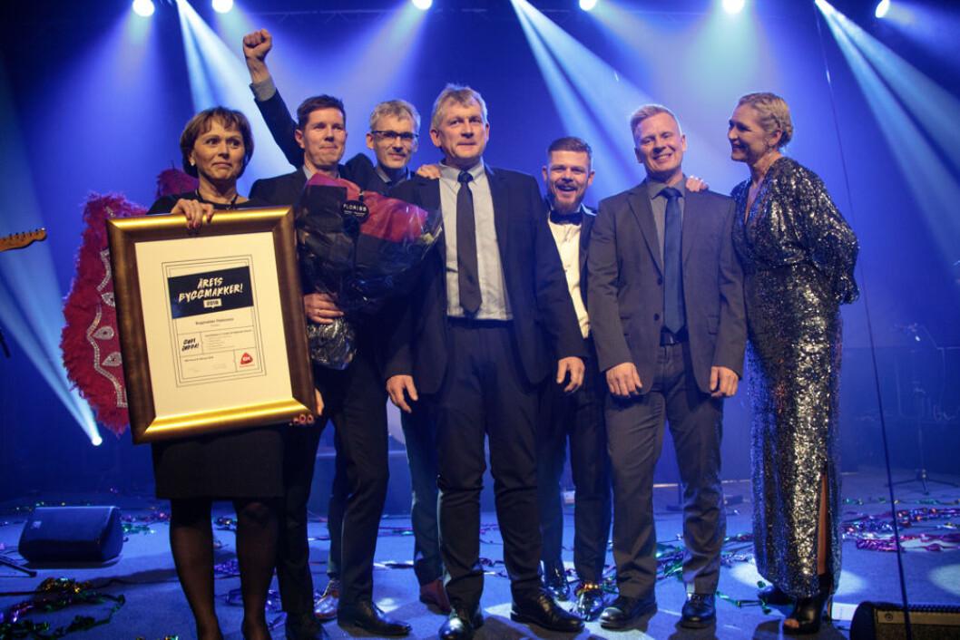 En stolt gjeng hos Byggmakker Flokkmann i Mosjøen mottar heder og diplom som årets Byggmakker. Tommy Teodorsen nr. to fra høyre. (Foto: Tom Pike)