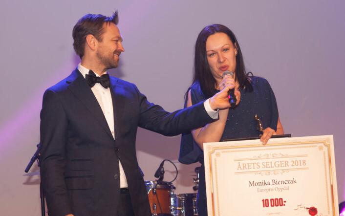 Monika Bienczak takket for utmerkelsen som 'Årets Selger 2018', assistert av John Brungot. (Foto Erik Faukland).