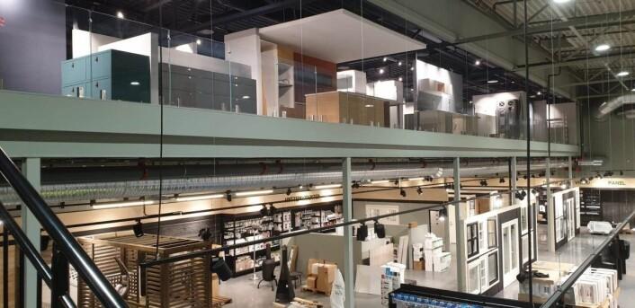 Utstillingene, i flere etasjer, er arrangert slik at produktene kan sees sammen. (Foto: Byggtorget)