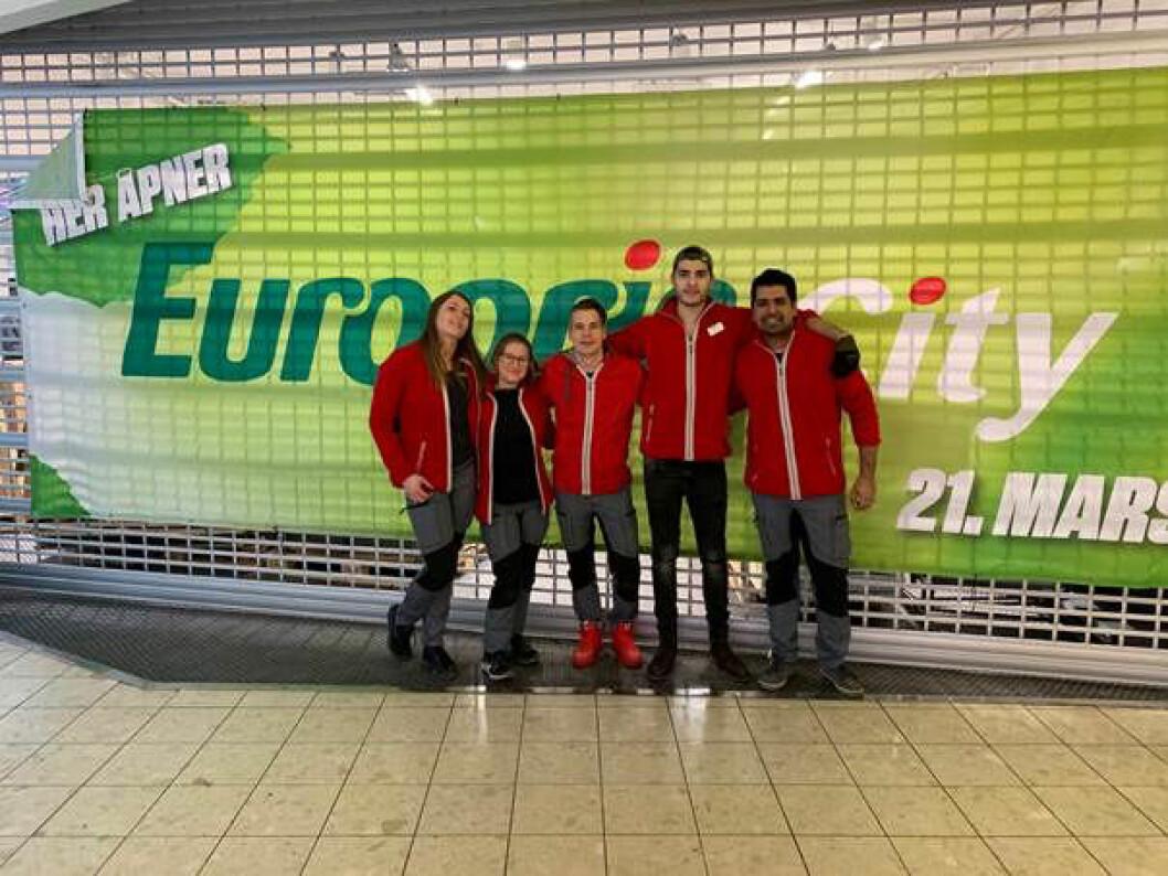 Fem butikkansatte som kundene vil møte på Europris City. F. v. ass. butikksjef Deimante Grikainiene, Ragnhild Grødem, butikksjef Rune Andre Vålbekk, Bewar Barjas og Safian Ahmad.
