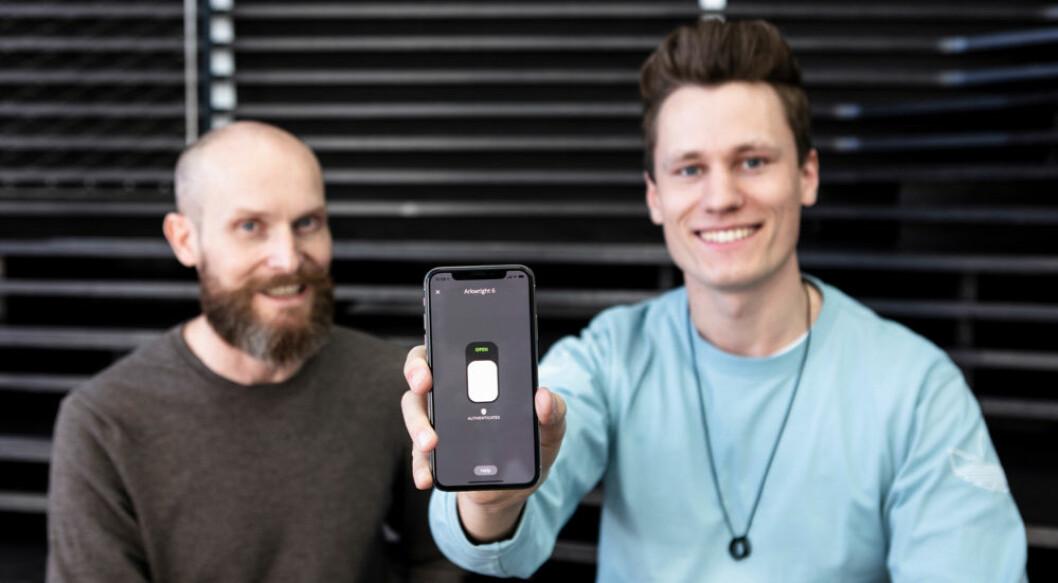 Gründerne August Flatby (t.v.) og Kris Riise demonstrerer hvor enkelt det er å låse opp døren med Unloc. (Foto: Mats Taugard Bakken)