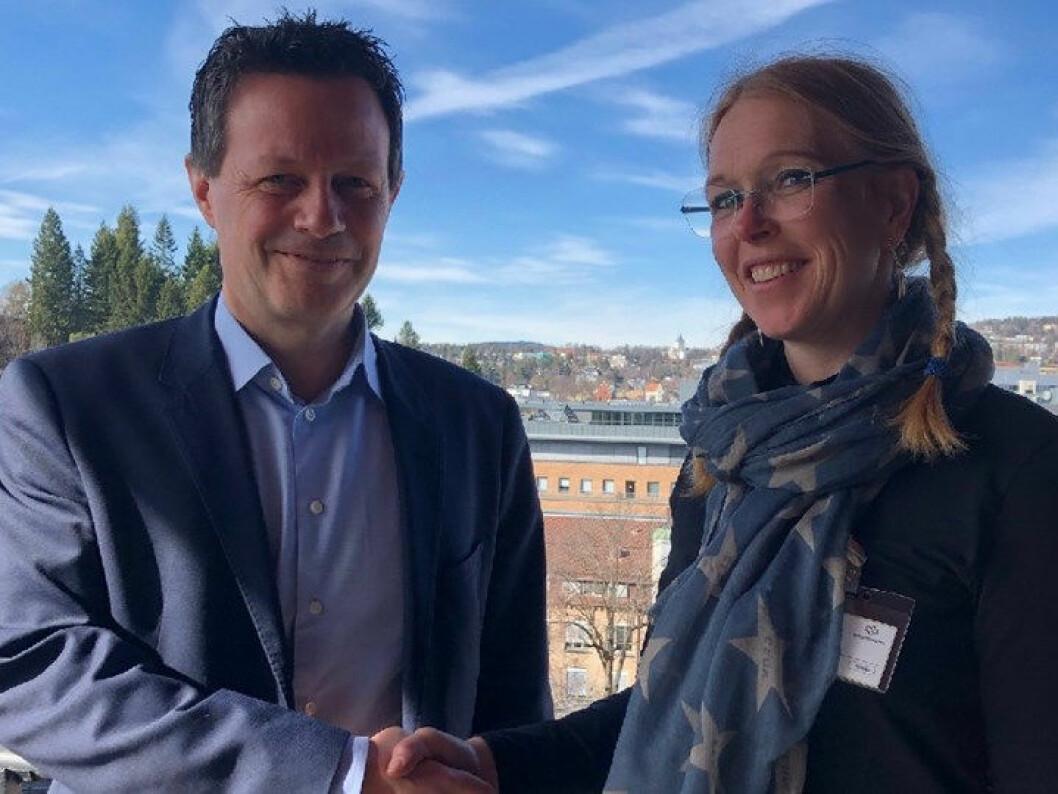 NorgesGruppens Runar Hollevik og Naturvernforndets Maren Esmark signerte avtalen. (Foto: NorgesGruppen)
