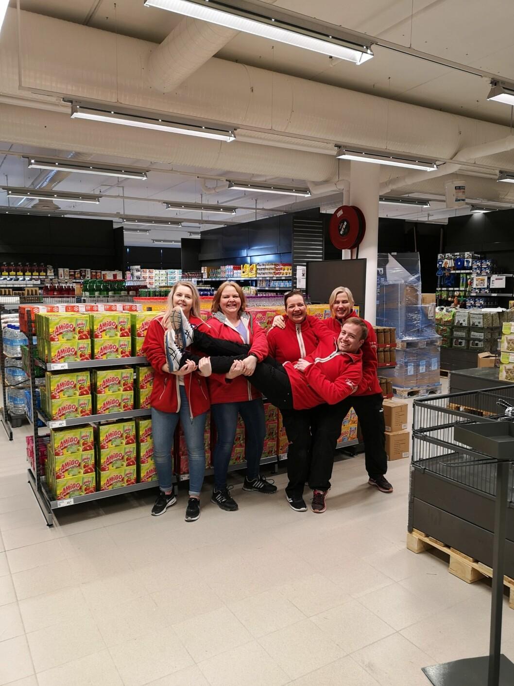 Klare for åpning av ny Europris-butikk på Vestnes. Fra v.: Monica Helset, Aud Marie Bergdal, Eva Karin Fossheim Eide og Cecilie Støylen Hoff. Liggende foran: butikksjef Jarl Williksen.