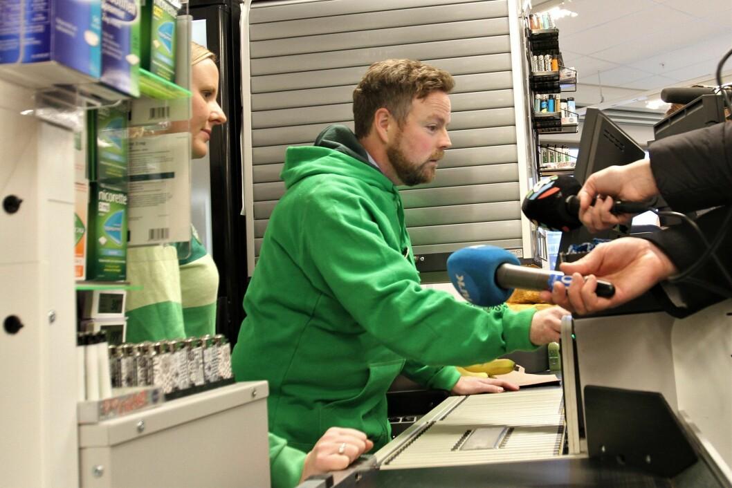 Næringsminister Torbjørn Røe Isaksen hos Kiwi Hovinveien i Oslo med butikksjef Katrine Madsen.