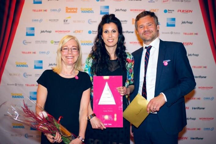Hemtex' vinnertrio på Retail Awards mandag kveld, hvor de vant i kategorien Årets arbeidsgiver. Fra v. Helena Bergström (CRM-koordinator), Mona Adawi (CRM-leder), Ted Bergström (markedsføringsleder). (Foto: Retail Awards)