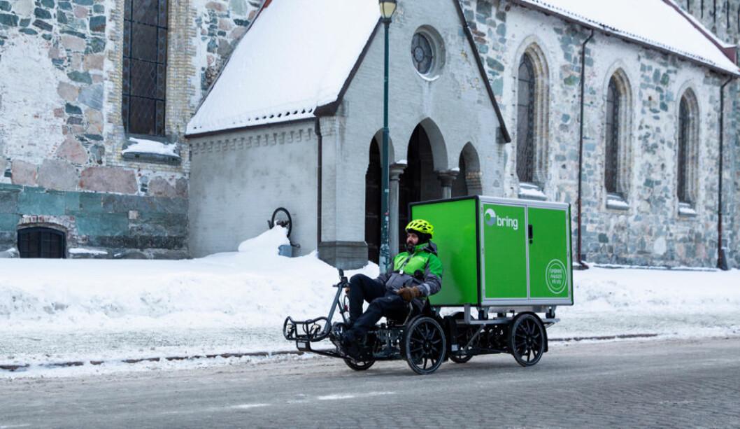 Kristian Lian leverer pakker til kunder i Trondheim sentrum med sin elektriske varesykkel. (Foto: Håvard Jørstad)