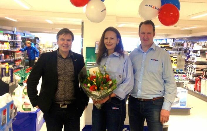Ordfører Alfred Bjørlo stiller alltid opp for handelen i Eid, her ved åpningen av BilXtra i 2015, med butikksjef Hanna Almskår og daglig leder Jan Martin Starheim. (Foto: Eid kommune)