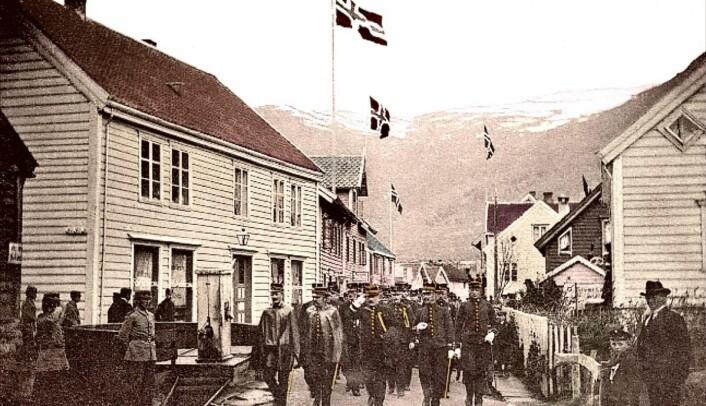 Historisk: Sagaløypa, som også går gjennom Eidsgata, er ei kulturhistorisk løype med fokus på vikingtid og tidlig middelalder. Her fra marsjen 17. mai 1914. (Foto: Eid kommune)