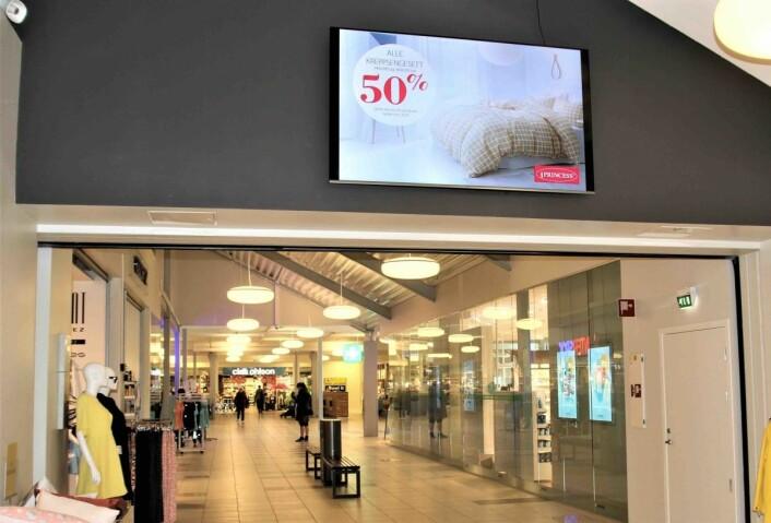 Inne i senteret er det flere mindre skjermer, utendørs har de nå fått en stor skjerm på åtte kvadratmeter. Alle disse er kun forbeholdt senteret egne leietakere.