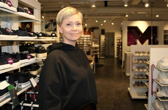 Jane Bjelland er butikksjef hos Mani, Stords eneste rene skobutikk og legger stor vekt på å gi kundene god service.