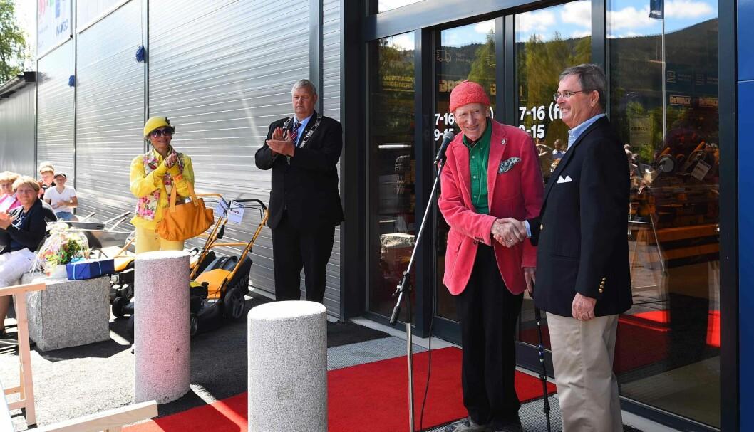 Åpning av nytt Maxbo-varehus i Flå 2. juli. Fra venstre: Sissel Berdal Haga, ordfører i Flå Tor Egil Buøen, Olav Thon og Carl Otto Løvenskiold. (Foto: Maxbo/Terje Bjørnsen)