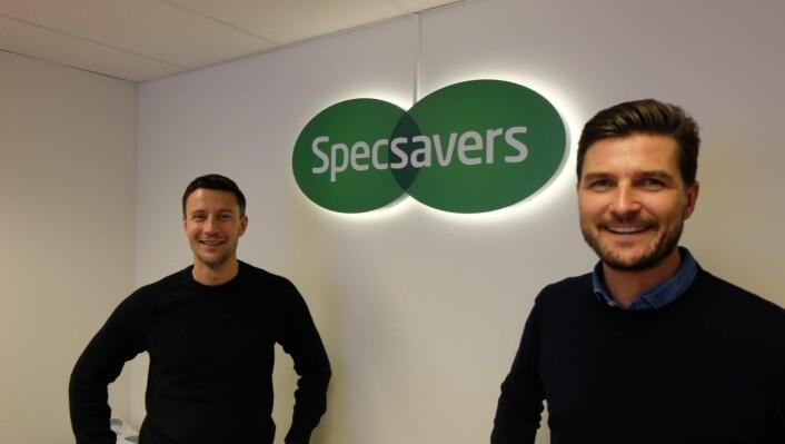 Philip Reiler (head of PR) og Henning Eriksen, adm. dir., er fornøyd med god vekst for Specsavers i en tid hvor mange retailaktører sliter med stagnasjon. Foto: Nils Vanebo