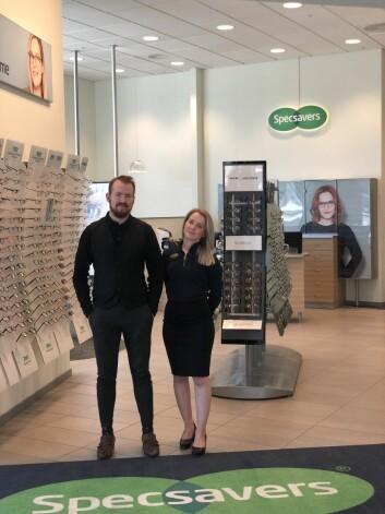 Specsavers foretrekker en modell med to partnere i hver butikk. Og slik er det på Oppsal hvor Emilie Pettersen er retailpartner og Stian Røed er optiker. Foto: Specsavers