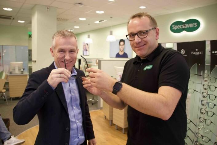 Tomas Pinås, sales director i Maze Feedback, og André Evensen, retail performance consultant i Specsavers, samarbeider om trening på kundemøtet. Foto: Nils Vanebo
