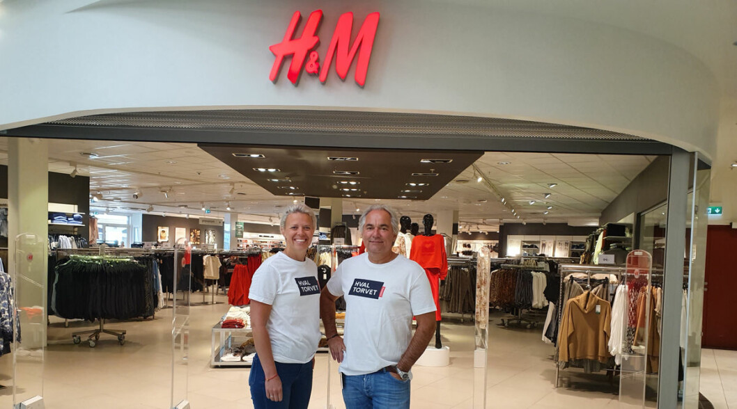 Markedskoordinator Inger-Anne Hem-Andersen og senterleder Geir Ellefsen gleder seg til våren 2020 og en ny spennende og utvidet Hennes & Mauritz-butikk på Hvaltorvet.