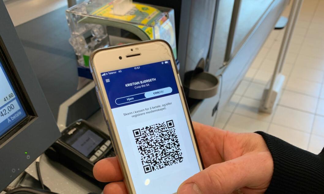 For å bruke Coopay må tjenesten aktiveres i Coops medlemsapp. Videre scannes QR-koden i appen når det skal betales i kassen – på samme sted hvor medlemskortet scannes i dag.