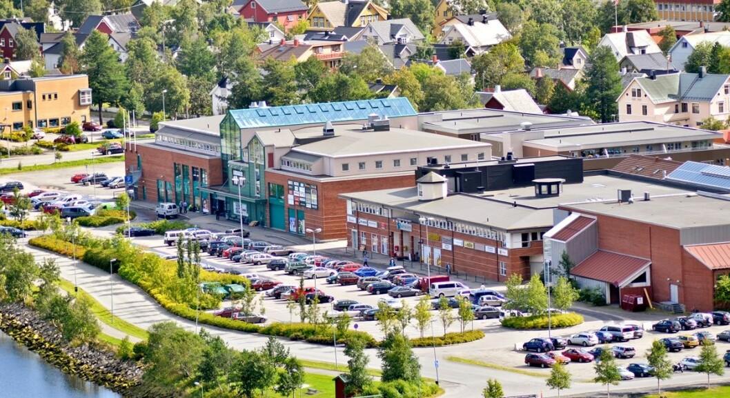 Sjøsiden senter i Mosjøen skal få et tilbygg med areal for inntil 13 nye butikker. Det skal også innpasses et mellombygg av glass mellom de to eksisterende bygningene. (Foto: Sjøsiden senter)