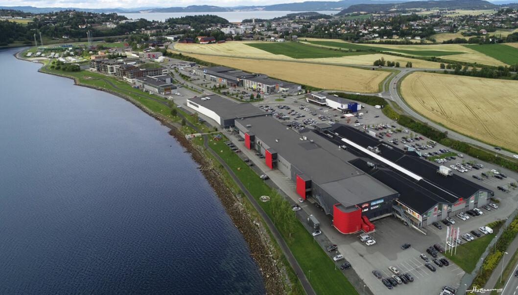 Magneten Kjøpesenter – i forkant på bildet, bak det grønne strandarealet og stor parkeringsplass bak – vil bli omringet av fornøyelsesparken.