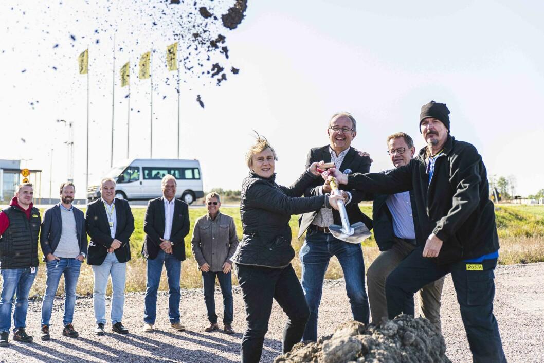 Fremst på bildet: Kikki Liljeblad, Pontus Lindblad og Gunnar Cederberg, alle tre fra Norrköping kommune, samt Lennart Jansson, lagerarbeider i Rusta. Foto: Ristenstrand