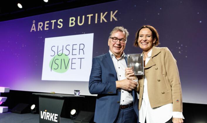 Årets butikk: Ove Hansrud fra Tekstilforum og prisvinner Siv Heleen Grødem. (Foto: Kilian Munch)