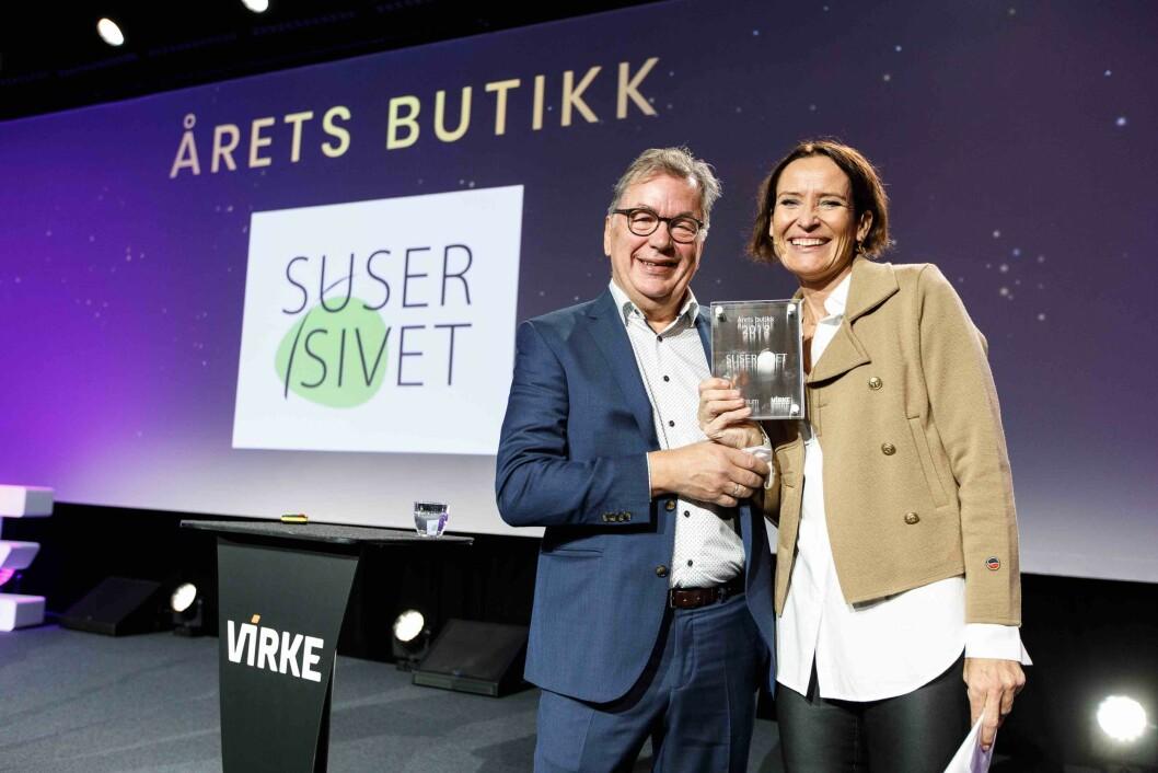 Redaktør Ove Hansrud i Tekstilforum delte ut prisen Årets butikk til Siv Heleen Grødem i Suser i sivet. Foto: Kililan Munch