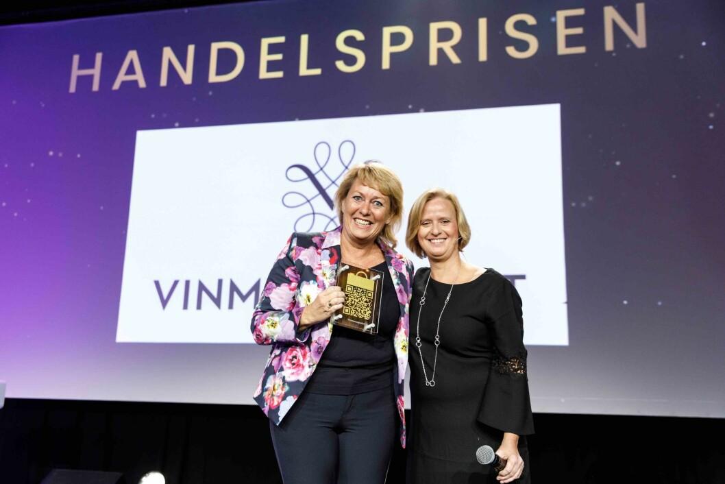 Elisabeth Hunter fra Vinmonopolet mottar Handelsprisen 2019 fra juryleder Grete Lekven i DNB. Foto: Kilian Munch.