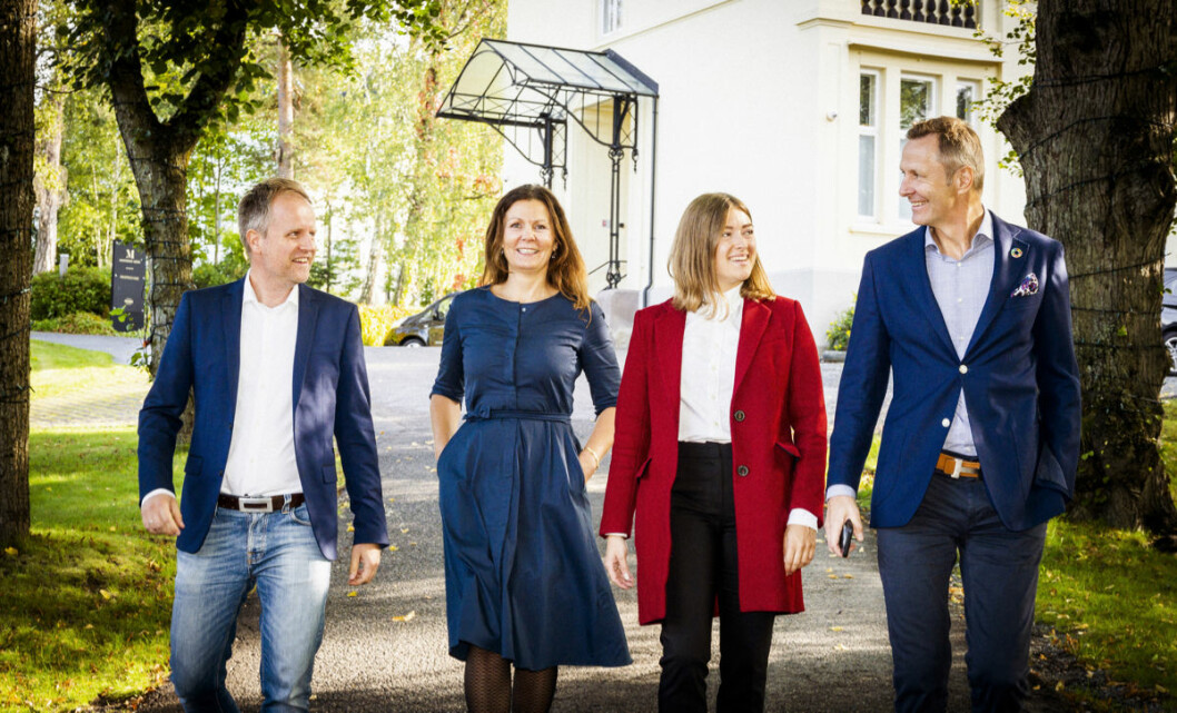 Fra venstre de to nye partnerne Terje Gulbrandsen og Nina Kristin Amdahl, her sammen med Kamila Loba og Nicolai Riise foran lokalene ved Madserud PropTech Hub.