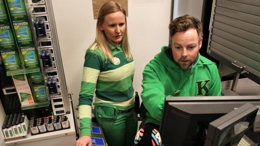 Næringsminister Torbjørn Røe Isaksen er opptatt av bedre tilsyn med dagligvarehandelen. På bildet har han fått lov til å prøve seg i kassen i en Kiwi-butikk. (Foto: NFD)