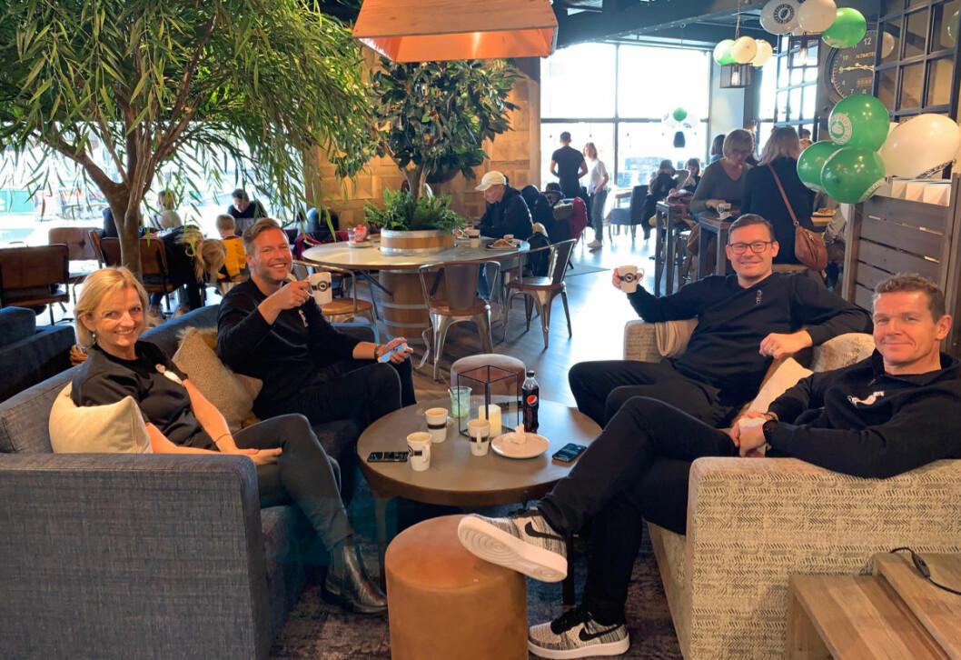 Gjengen fra Normal benket i sofaer i Espresso House på åpningsdagen. De to bakerste representerer eierne: Jesper Dønnestad Brandt (t.v.) og Michael Eeg. (Foto: MoldeTorget)