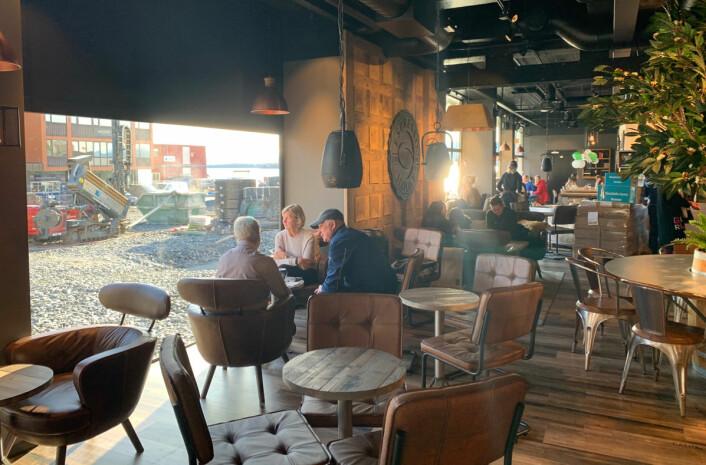 Utsikt fra kaffebaren til et splitter nytt torg og en flott sjøfront som vil stå ferdig til våren. (Foto: MoldeTorget)