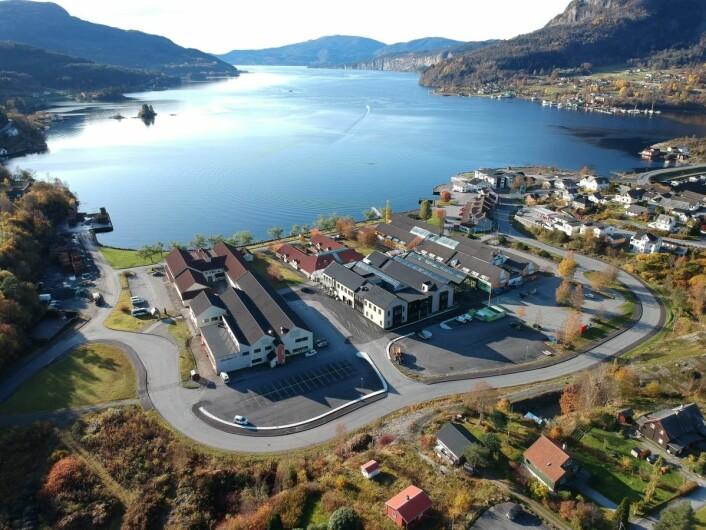Eikelandsosen er blitt enda vakrere med det godt innpassede Fjord'n Senter. (Dronefoto: Fjord'n Senter)