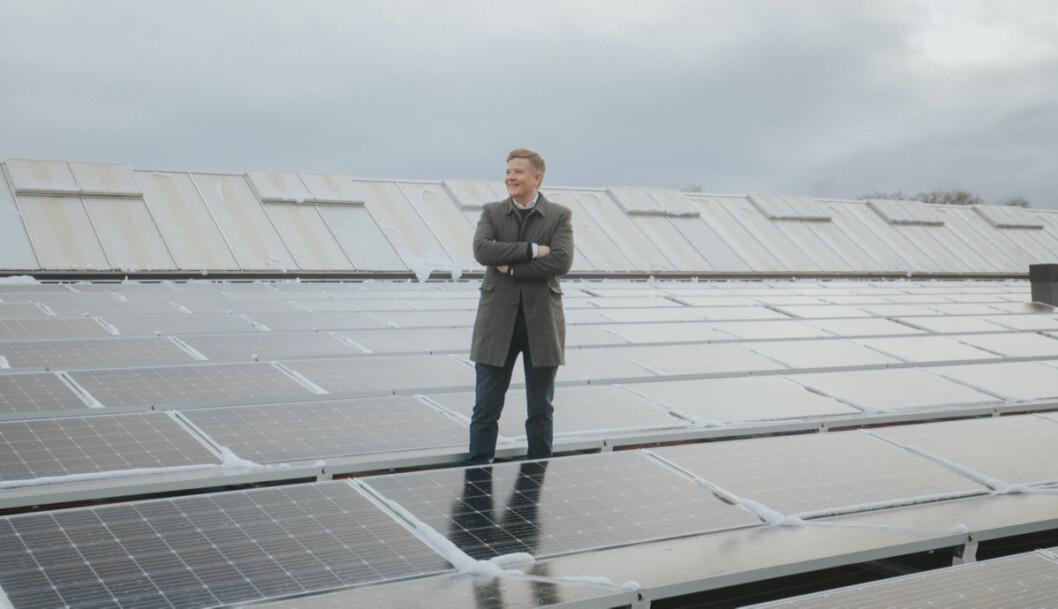 Daniel Sellevoll ved åpningen av nytt solcelleanlegg på Citycons kjøpesenter Down Town i Porsgrunn. Anlegget har en unik snøsmelteteknologi. (Foto: Jørgen Nordby).