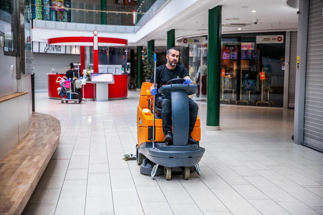 Renholder Cretu Mihai Eigen, Coor, kjører vaskemaskinen som rengjør det meste av fellesarealet før åpning av senteret. Alle foto: Martin Håndlykken