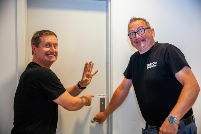 Av 65 toaletter er ni stengt permanent og åtte stengt mandag, tirsdag og onsdag, her illustrert ved at driftssjef Jarle Rennedal nekter vaktmester Hans-Petter Henriksen tilgang til et stengt personaltoalett.