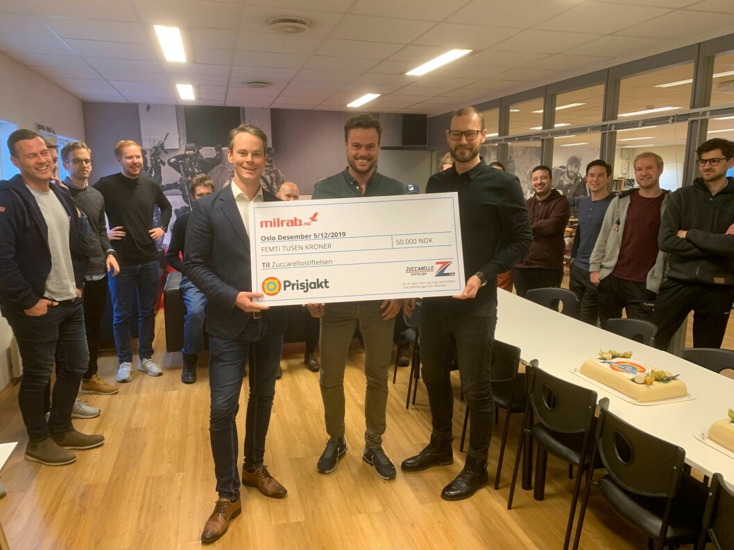 De ansatte i Milrab, Årets Nettbutikk 2019, jubler for seieren i kåringen. Foran lederne Finn Magnus Torall, Marius Anthnisen og Lars A.G. Aglen med prisen - en sjekk på 50.000 kroner, som i år går til Zuccarellostiftelsen.