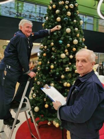Vaktmesterne Sigve Gerhard (t.v.) og Miralem Sehic. Begge har over 20 års erfaring på senteret og kjenner hver minste detalj i bygningen.
