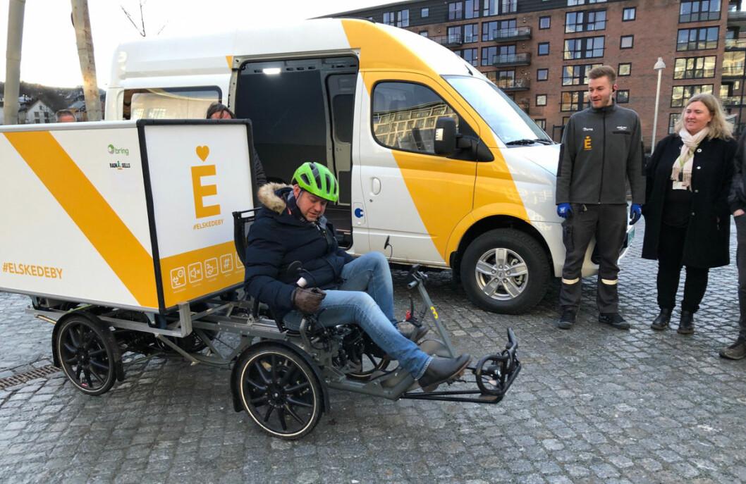 Jørn Arve Flått fikk teste en av de elektriske syklene som vil bli benyttet i Trondheim sentrum. (Foto: Ragn-Sells)