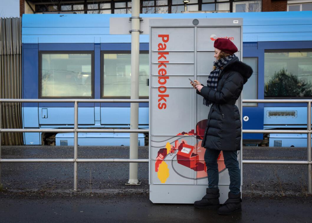 Pakkeboks vil bli utlevert blant annet på steder der folk ferdes ofte, som på trikkeholdeplasser. (Foto: Birger Morken)