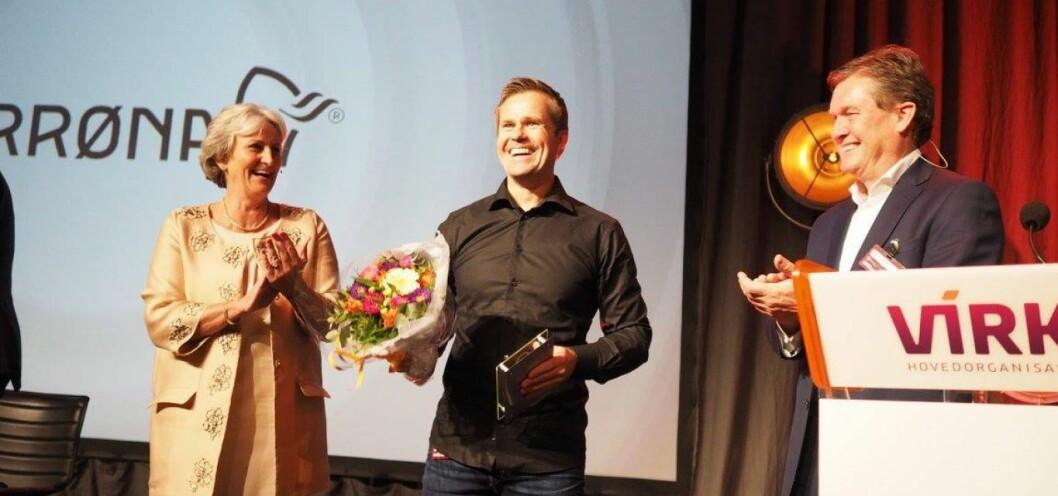 Espen Falck Engelstad mottok, i egenskap av daglig leder for Norrøna Retail, Handelsprisen på Handelskonferansen 2015. (Foto: Virke)