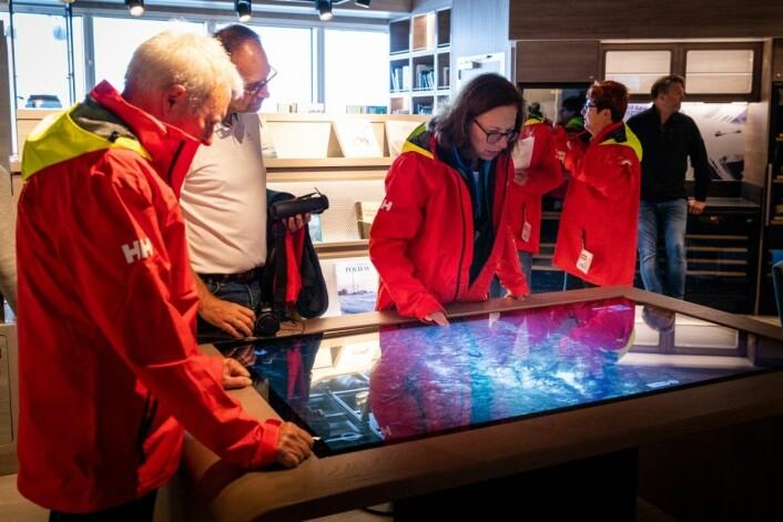 På et touchbord i 'Science Center' gjestene selv kan fordype seg i detaljer. (Foto Hurtigruten)