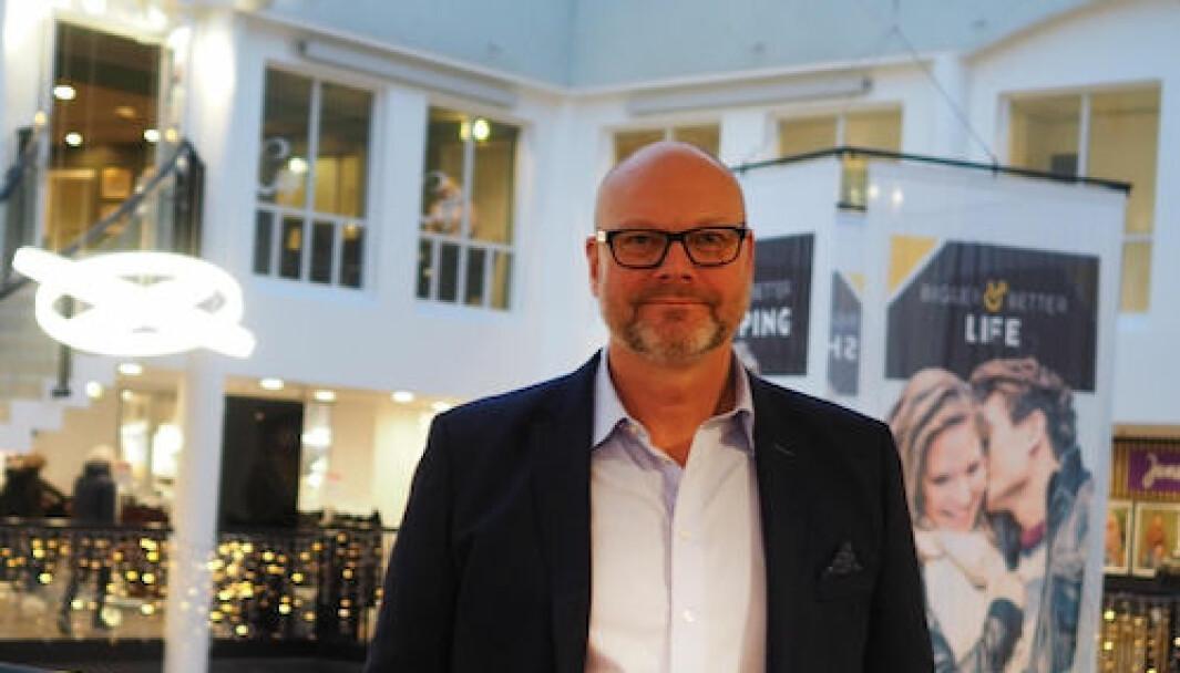 Geir Veie, senterleder for Torgkvartalet i Stjørdal, håndterer bortvisninger i dialog med vekter og politi.