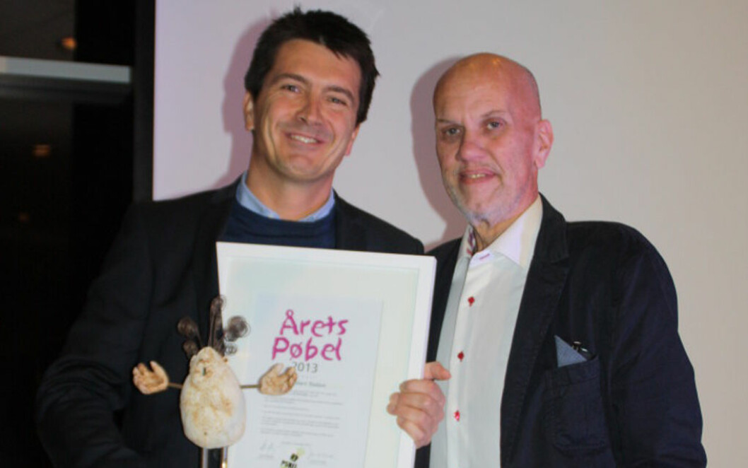 ÅRETS PØBEL: Ole Robert Reitan er kåret til Årets Pøbel og fikk prisen av leder for Pøbelprosjektet, Eddi Eidsvåg. Foto: Reitangruppen