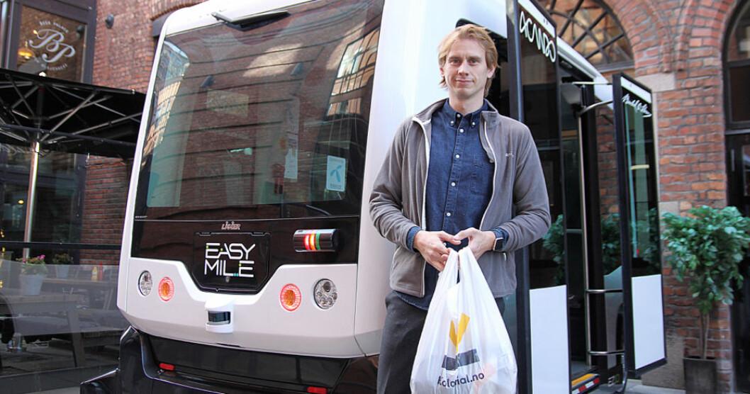 MINI-MATBUTIKK: Her står operasjonssjef i Kolonial.no Jon Kåre Stene foran den selvkjørende bilen, EZ10, som skal bygges om til et selvkjørende hentepunkt. Foto: Kolonial.no