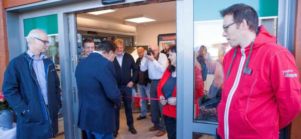 Adm.dir. Pål Wibe - til venste på bildet - får det travelt med å åpne nye butikker.