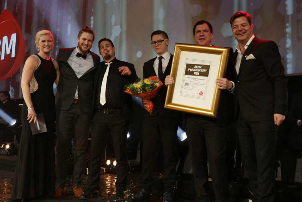 En stolt gjeng i Byggmakker Materialhandelen fra Båtsfjord mottar heder og diplom som årets Byggmakker.