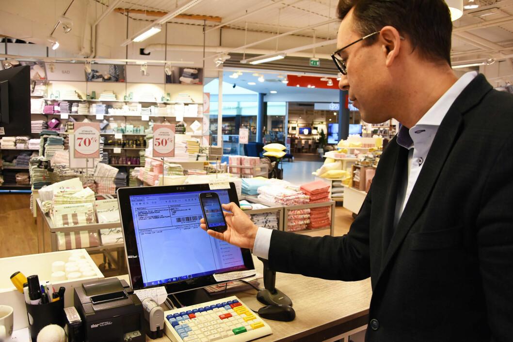 Kai Gulbrandsen skanner en følgeseddel med Scan App ved Princess-butikken i Ski.